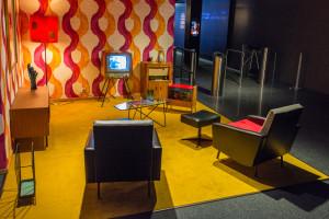 Großmutters Wohnzimmer im 50er-Chic am Eingang der Ausstellung zeigt eindrucksvoll, wo die Liveberichterstattung erstmals massentauglich wurde.