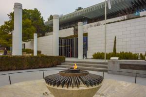 Das Olympische Feuer brennt ständig. Im Hintergrund das Olympische Museum Lausanne.