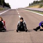 Die Motorradfahrerinnen grübeln, wo sie zuhause sind: Auf der Straße.